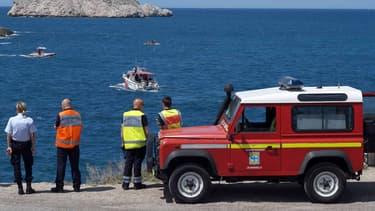 Des pompiers observent des bateaux de recherche dans les calanques marseillaises (Mai 2015)