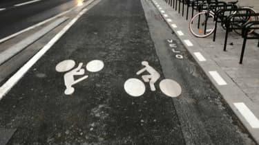 Une première partie de la piste cyclable est ouverte depuis le mois de mars rue de Rivoli.