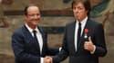 """François Hollande a remis samedi la Légion d'honneur au chanteur britannique Paul McCartney, ancien leader des Beatles, en """"hommage à son oeuvre"""". /Photo prise le 8 septembre 2012/REUTERS/PHilippe Wojazer"""