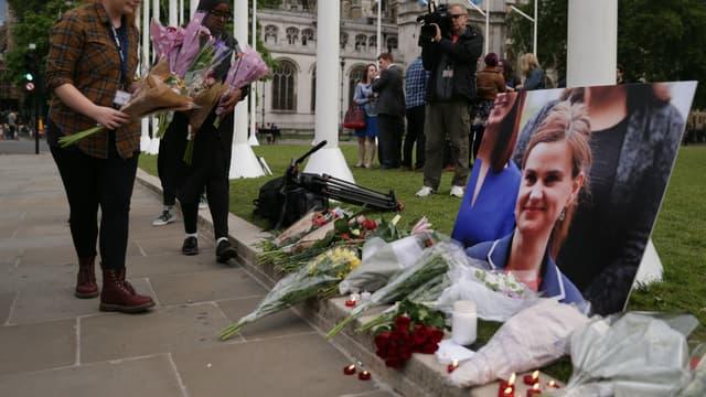 Des fleurs et des bougies déposées le 16 juin 2016 devant le Parlement, à Londres, en hommage à Jo Cox