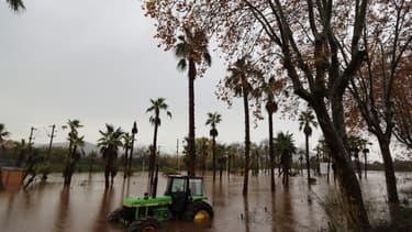 Un tracteur abandonné dans une zone inondée, au sud-est de la France, le 24 novembre 2019 (photo d'illustration)