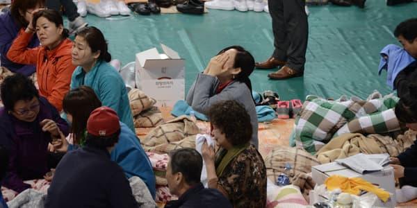 Réunies dans un gymnase, sur l'île de Jindo, des familles de victimes du naufrage laissent éclater leur désespoir, le 18 avril.