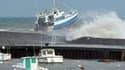 Dans le port de Bessin. De fortes vagues pouvant atteindre jusqu'à trois mètres de hauteur sont attendues ce jeudi sur le littoral bas-normand, selon Météo France. /Photo prise le 4 mars 2010/REUTERS/Tom Roy