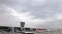 Appareils cloués au sol à l'aéroport de Varsovie. Selon l'agence européenne de contrôle aérien Eurocontrol, d'importantes perturbations du trafic aérien sont encore à prévoir pour samedi du fait du nuage de cendres volcaniques venu d'Islande. /Photo prise