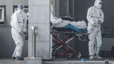Équipe médicale transportant un malade du virus, à Wuhan, Chine