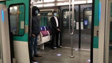 Le port du masque est largement respecté dans les transports parisiens ce lundi.