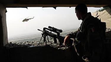 Soldat français à Kaboul. Selon le ministre des Affaires étrangères, Alain Juppé, la France réfléchit à un éventuel retrait de ses troupes d'Afghanistan avant la date prévue de 2014. /Photo d'archives/REUTERS/Ahmad Masood