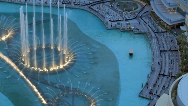 Les célèbres eaux virevoltantes de la fontaine de Dubaï, aux Emirats arabes unis, le 5 juin 2020