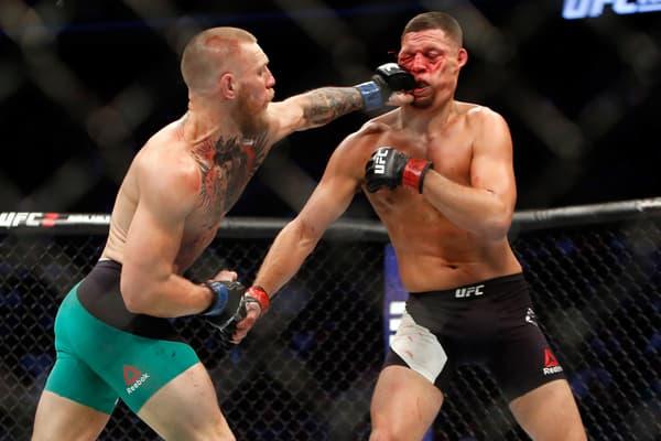 Conor McGregor (à gauche) fait parler sa gauche face à Nate Diaz en août 2016