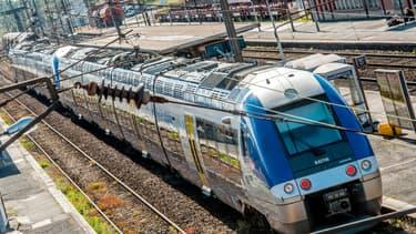 Un train express régional (TER) à la gare de Hazebrouck, dans le nord de la France, le 22 mai 2014. (Photo d'illustration)