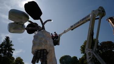 Des ouvriers installent l'oeuvre monumentale de Jeff Koons, le 30 août 2019