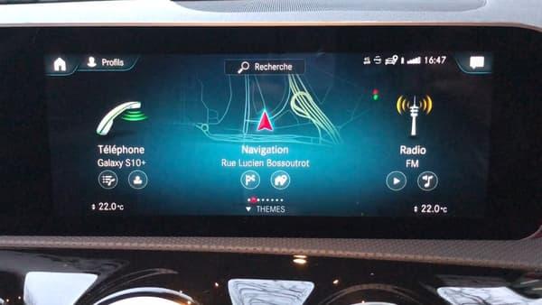 Une partie du grand écran de la Mercedes Classe A berline, la partie commandes et infotainment.