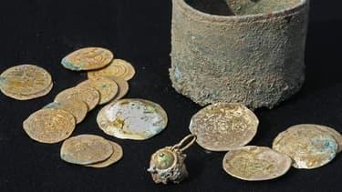 Des fouilles ont permis d'exhumer un petit pot de bronze renfermant 24 pièces d'or et une boucle d'oreilles.
