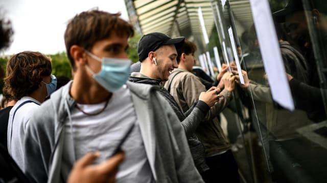 Des élèves du lycée Rodin à Paris découvrent leurs résultats au baccalauréat, le 6 juillet 2021