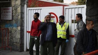 Des proches des victimes devant un poste de secours.