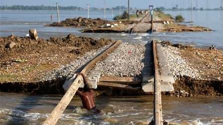 Voie ferrée inondée à Sultan Kot, dans la province pakistanaise du Sindh. Des centaines de villages sont toujours isolés par les rivières en crue, qui ont coupé de nombreuses routes et ponts et seule une petite partie des six millions de Pakistanais manqu
