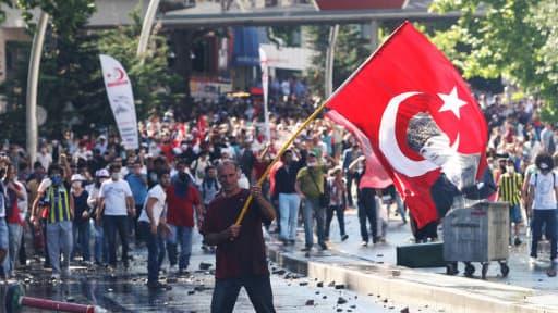 Un manifestant à Ankara, le 1er juin.