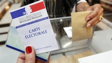Le ministère de l'Intérieur annonce que le taux de participation à 12h pour le second tour des élections législatives atteint 21,41%. /Photo d'archives/REUTERS/Jean-Paul Pélissier