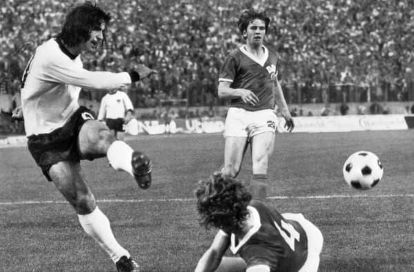 Gerd Müller (en blanc), le légendaire avant-centre allemand, lors de la Coupe du monde 1974