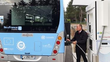 La région Ile-de-France expérimente l'exploitation de deux bus à hydrogène dans les Yvelines, sur un trajet long de 12,5 kilomètres et emprunté quotidiennement par un millier de voyageurs.