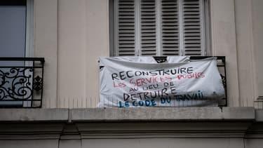 Un banderole affichée à un balcon parisien le 1er mai.