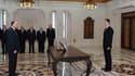 """Le président syrien Bachar al Assad (à droite) face à son nouveau Premier ministre Adel Safar. Bachar al Assad a annoncé la promulgation d'ici la semaine prochaine """"au plus tard"""" d'un texte de loi levant l'état d'urgence en vigueur en Syrie depuis 48 ans."""