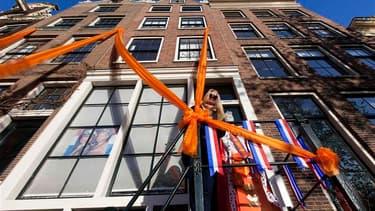 A Amsterdam, lundi. Les rues de la capitale des Pays-Bas ont été parées d'orange et de drapeaux néerlandais à l'approche de la transition sur le trône d'Orange. La reine Beatrix va abdiquer pour laisser la place à son fils le prince Willem-Alexander, qui