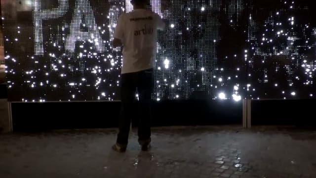 Art2M a produit Water Light Graffiti, une oeuvre d'art numérique.
