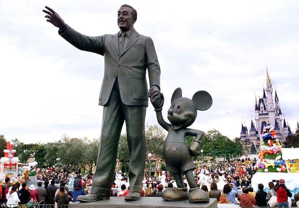 La statue de Walt Disney et Mickey au parc Disneyland à Tokyo