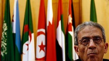 Amr Moussa, secrétaire général de la Ligue arabe. Le conseil ministériel de l'organisation a demandé samedi au Conseil de sécurité de l'Onu d'imposer une zone d'exclusion aérienne dans le ciel libyen, selon la télévision nationale égyptienne. /Photo prise