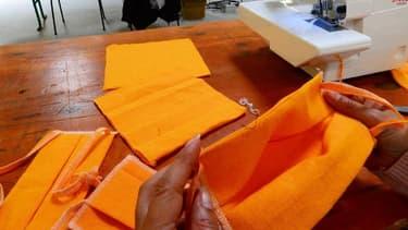 Fabrication de masques en tissu (illustration)