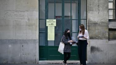 Des élèves masquées viennent récupérer leurs notes du baccalauréat au lycée Jean-de-la-Fontaine, à Paris, le 7 juillet 2020