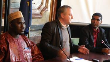 L'eurodéputé François Alfonsi (EELV), avec à sa gauche le vice-président du MNLA Mahmadou Djéri Maïga, et le porteparole du mouvement Moussa Ag Assarid
