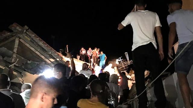 Deux enfants sont prisonniers des décombres à Ischia.