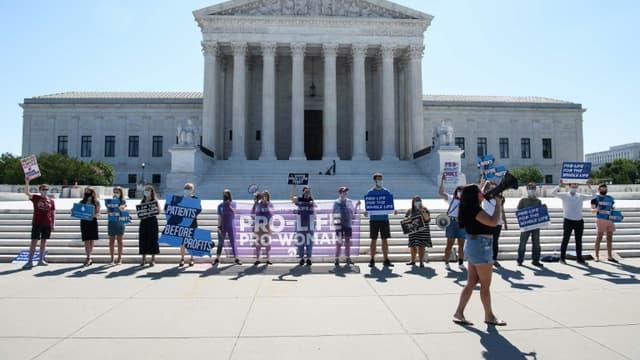 Des militants anti-avortement manifestent devant la cour suprême des États-Unis à Washington le 29 juin 2020, après sa décision d'invalider une loi de Louisiane très restrictive pour l'accès à l'IVG.