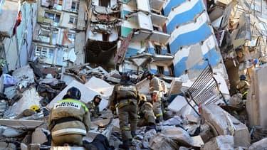 Au moins trois personnes ont été tuées dans une explosion due au gaz lundi à Magnitogorsk en Russie.