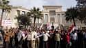 Manifestation de partisans du président égyptien Mohamed Morsi devant la Haute Cour constitutionnelle d'Egypte à Maadi, au sud du Caire. La Haute Cour a suspendu ses travaux pour une période indéfinie au lendemain d'une manifestation islamiste de soutien