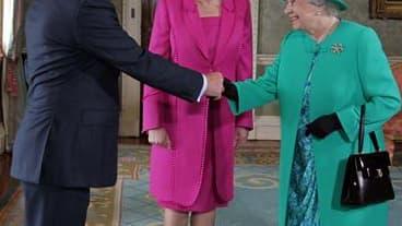 La reine Elisabeth II, accueillie par le Premier ministre irlandais Enda Kenny et la présidente irlandaise Mary McAleese, à Dublin. La reine a entamé mardi en Irlande une visite d'Etat historique mais entourée de mesures de sécurité exceptionnelles après