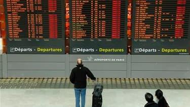 A l'aéroport de Roissy-Charles-de-Gaulle, vendredi matin. Selon le ministre de l'Ecologie Jean-Louis Borloo, les autorités françaises vont tenter de rouvrir à 14h00 les aéroports fermés à cause du nuage de cendres volcaniques venu d'Islande mais il faudra