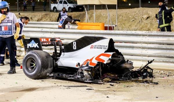 La partie arrière de la Haas, qui n'a pas franchi le rail de sécurité