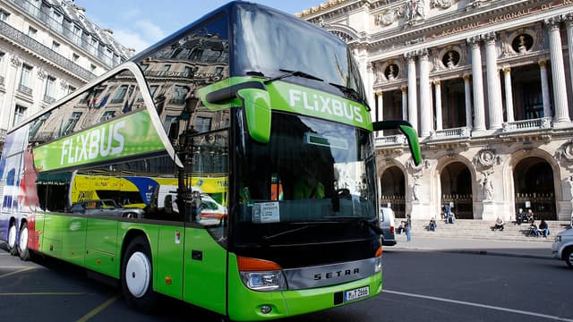 """Les conducteurs d'autocars longue distance en France, dits """"cars Macron"""", sont désormais dotés d'un statut spécifique"""