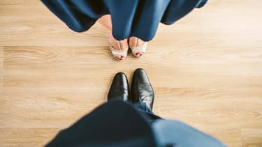 Au bureau, il faut se plier aux codes de l'entreprise... jusqu'à parfois vouvoyer son conjoint si c'est la règle.