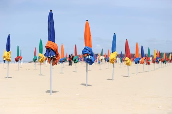 Les parasols colorés de la plage de Deauville