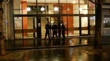 Policiers devant l'immeuble où les deux soeurs avaient été retrouvées mortes, le soir des faits, jeudi 20 février.