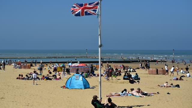 Des Britanniques sur la plage de Margate, au sud-est de Londres, le 31 mai 2021.