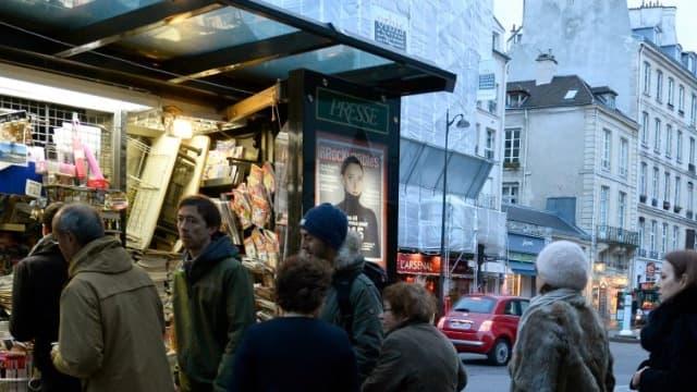 Un kiosque à journaux à Paris le 14 janvier 2015.