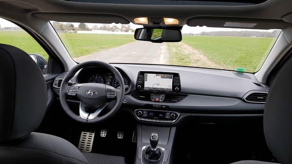 Dans l'habitacle, Hyundai taquine la référence du segment, la Golf.