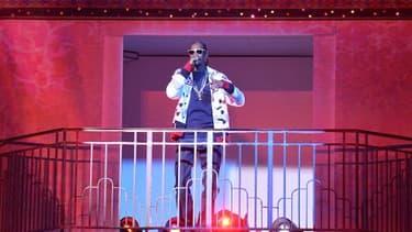 Snoop Dogg, rappeur américain, chante sur la  scène du défilé Etam, le 3 mars 2015 à la piscine Molitor à Paris