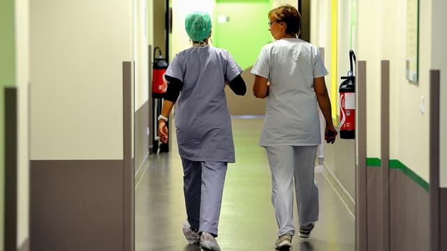 Deux infirmières en train de déambuler dans le couloir d'un hôpital.