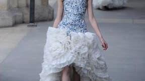 A l'avant dernier jour des défilés parisiens de prêt-à-porter automne hiver 2011, Alexander McQueen a livré une lumineuse collection vouée aux princesses des temps modernes. Sous les voûtes de la Conciergerie, les majestueuses robes blanches ou noires déf
